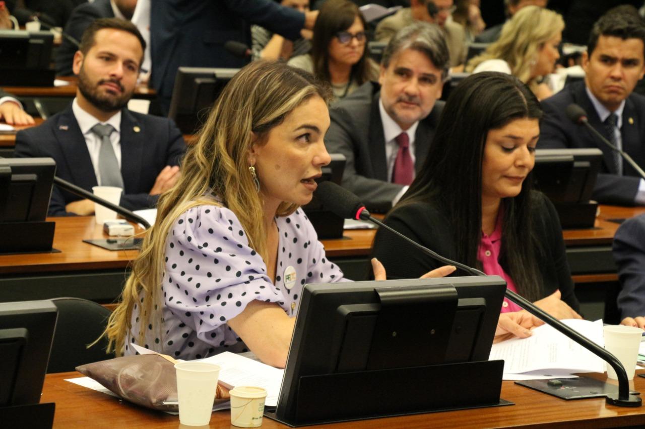 Paula Belmonte propõe e comissão aprova debate sobre militarização das escolas