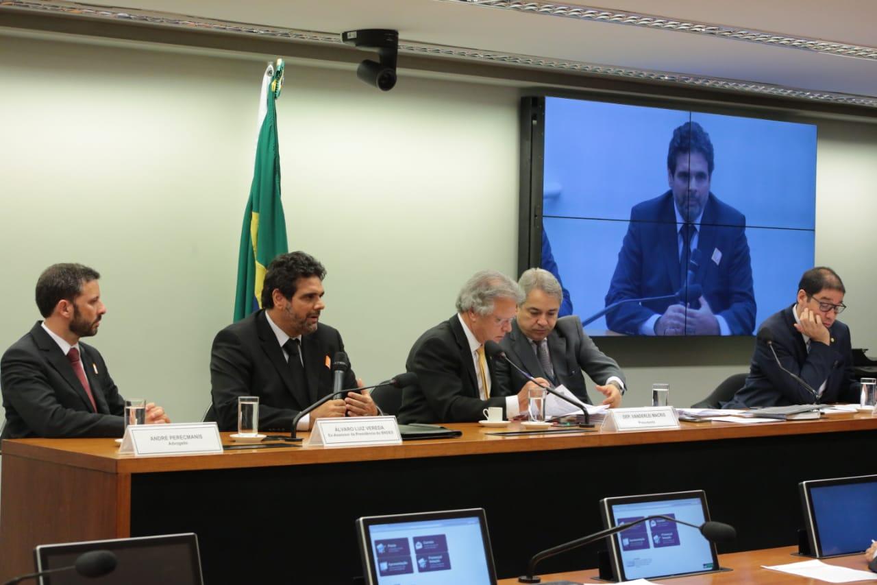 Na CPI do BNDES, Paula Belmonte aponta incoerência política nos partidos