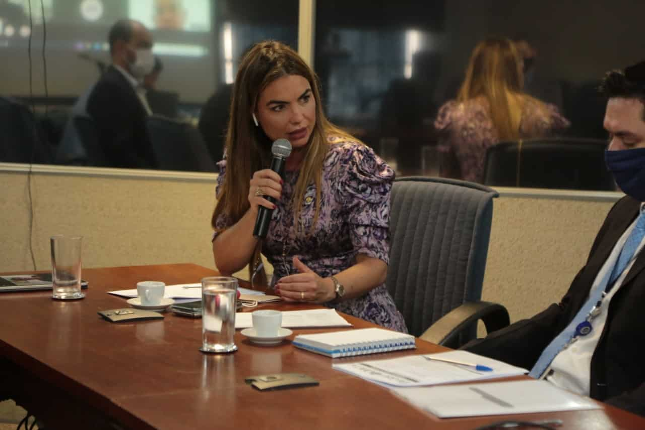 Paula Belmonte participa de encerramento de turmas de adultos e de idosos da UnB