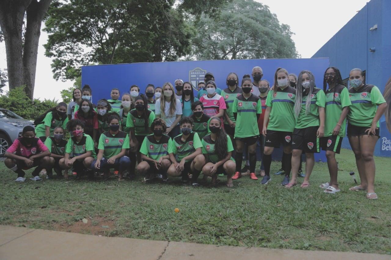 Deputada recebe atletas do projeto Meninos e Meninas da Vila DVO