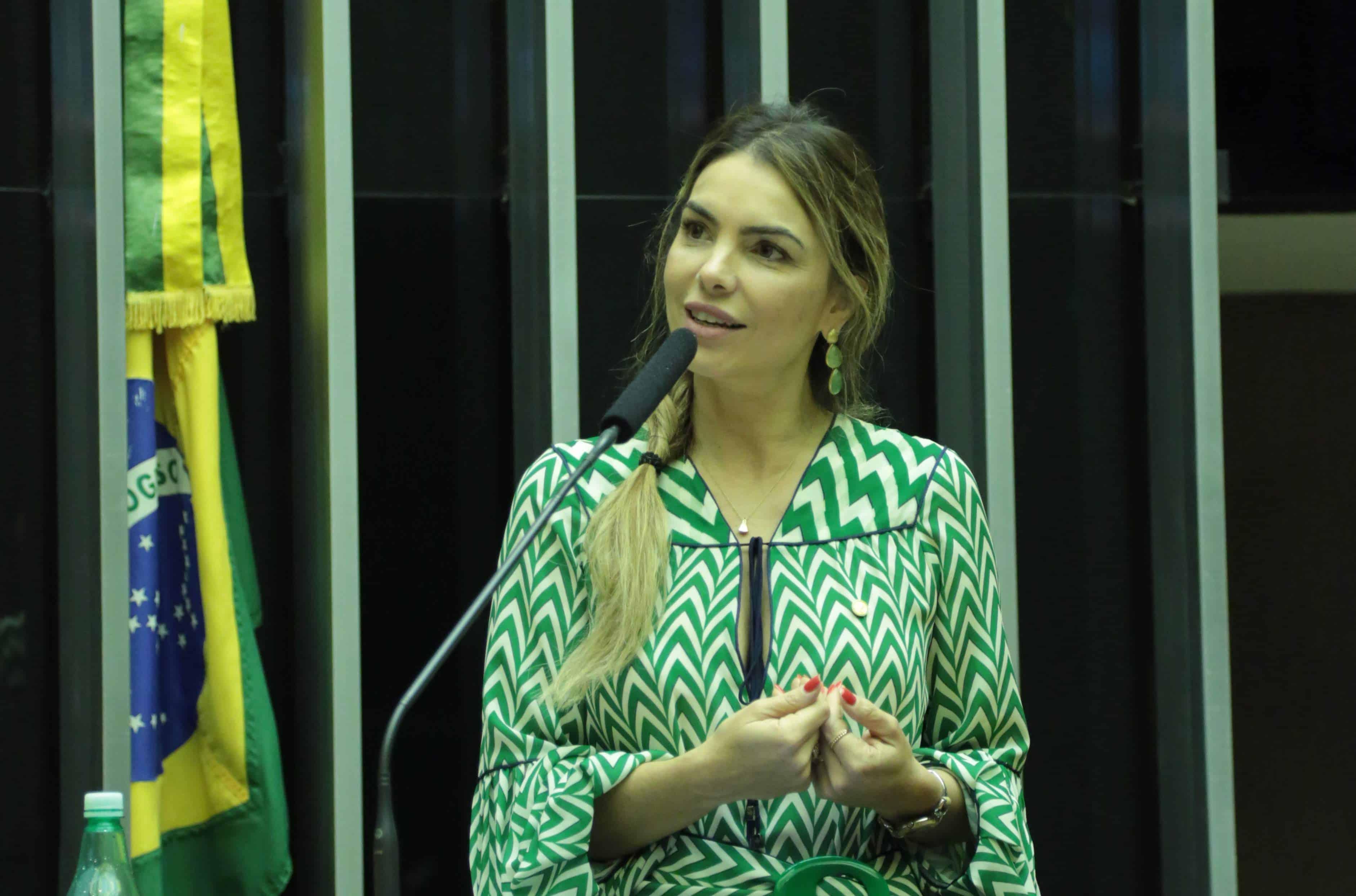Paula Belmonte apresenta projeto para dar autonomia ao INEP