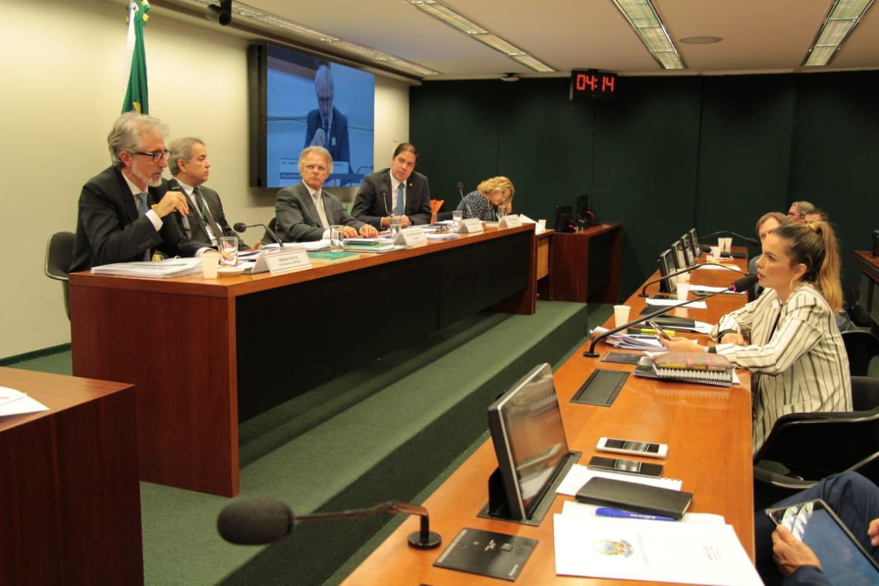 Demian Fiocca dá respostas vazias à deputada Paula Belmonte em CPI
