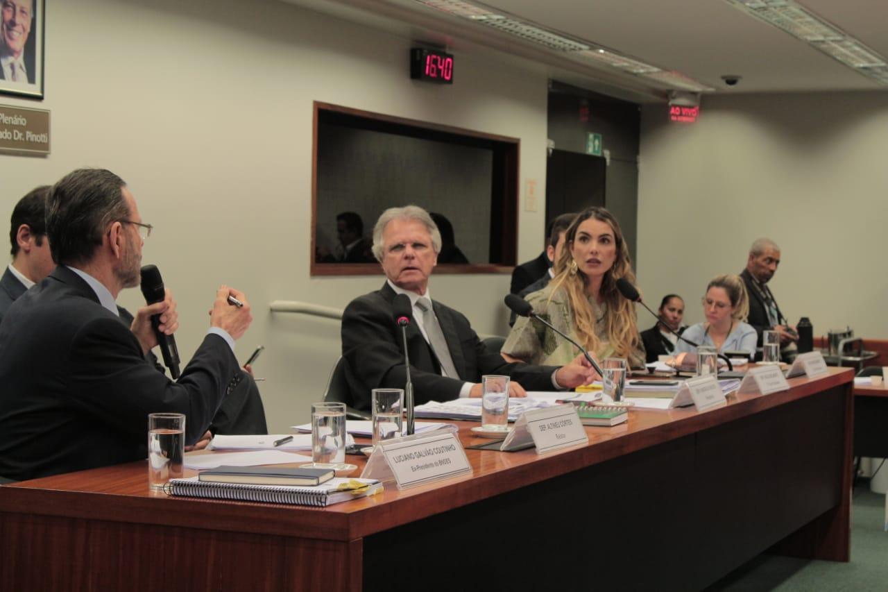Paula Belmonte pede explicações sobre aportes e vantagens do BNDES a países de alto risco