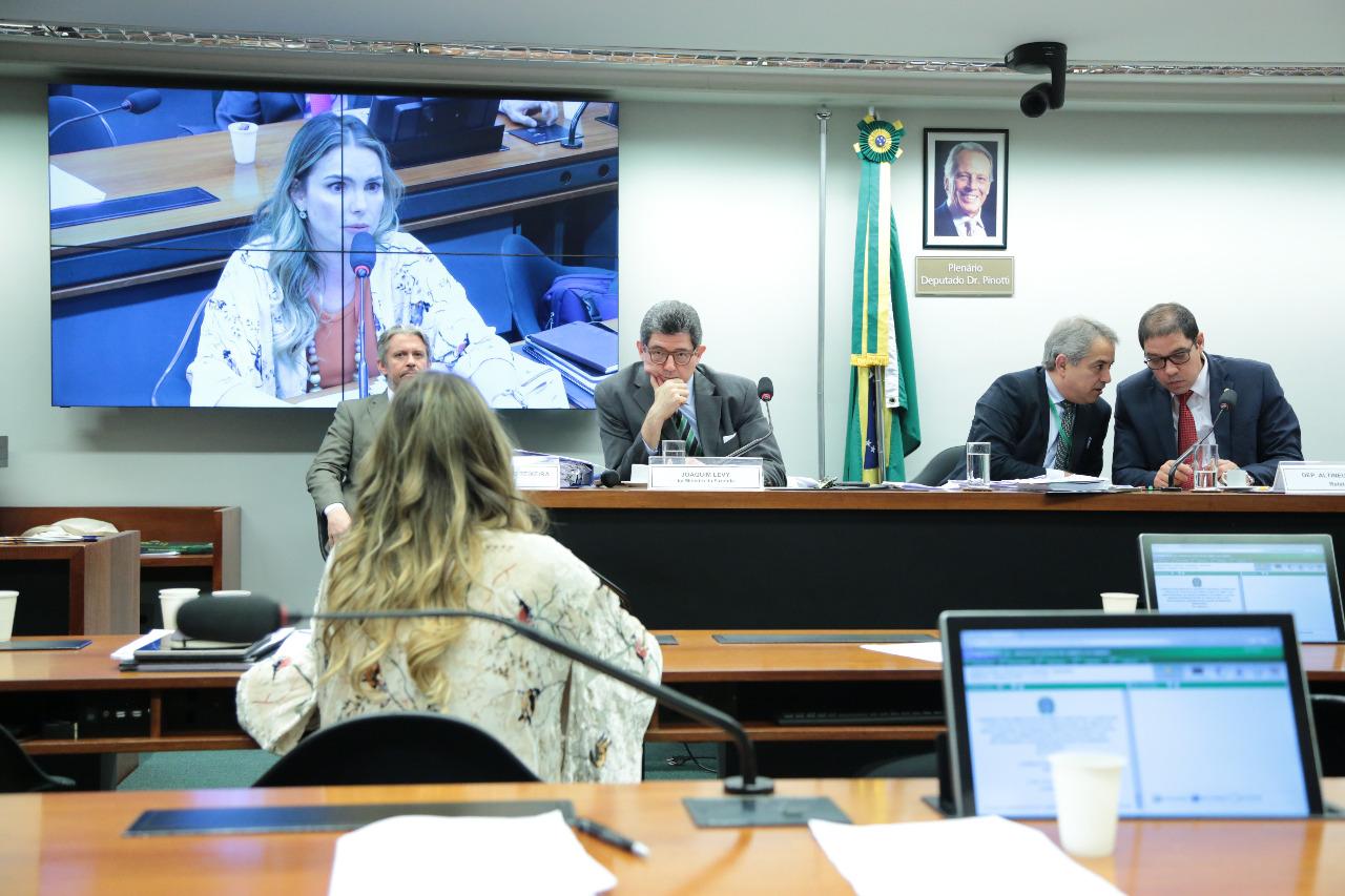 Respondendo a Paula Belmonte, Levy diz que decisão sobre empréstimos do BNDES era política