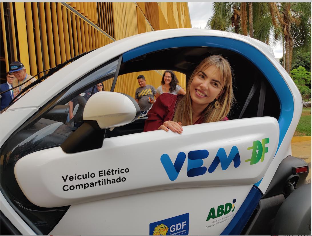 "Paula Belmonte faz ""test drive"" em carro elétrico"