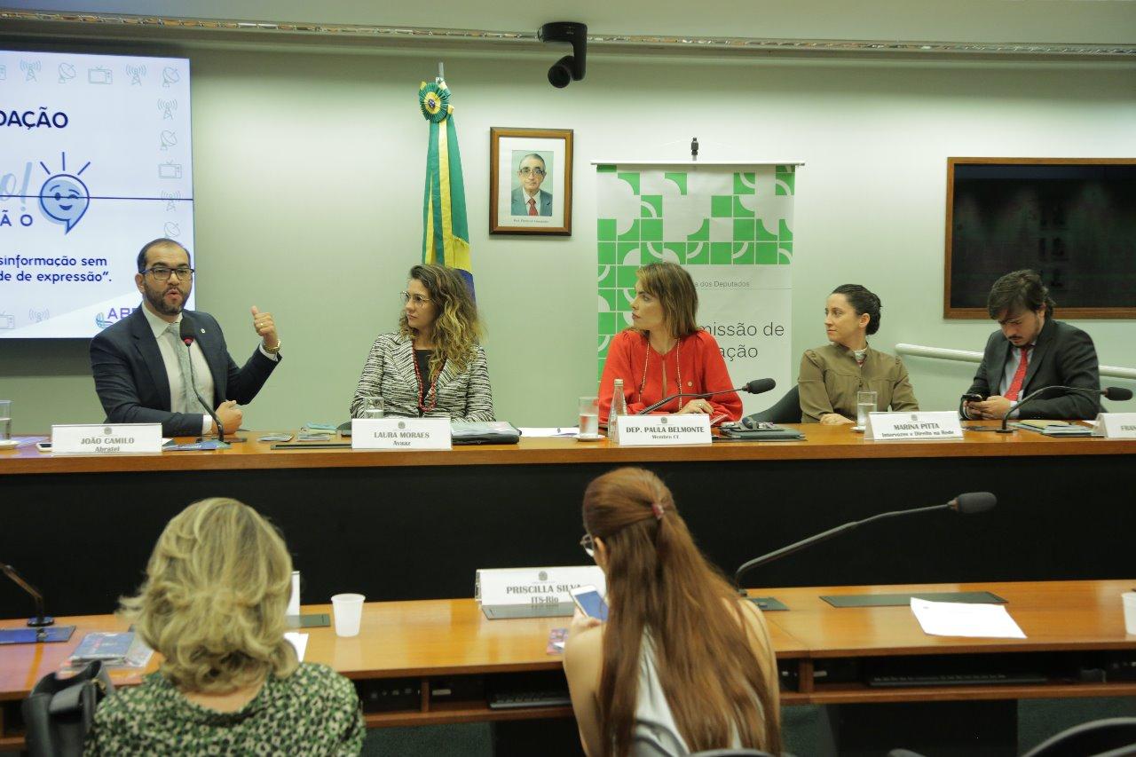 Paula Belmonte coordena seminário sobre combate às fake news