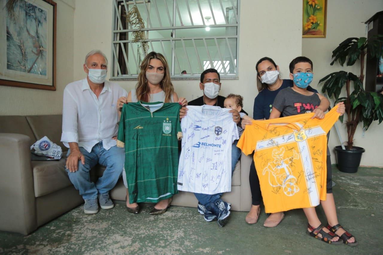 Família de menino com AME recebe camisas de times de futebol para sorteios